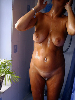 This mature woman always naked, in the..